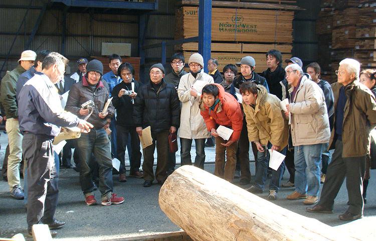 木材の説明をする服部社長